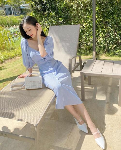 Jun Vũ phối màu xanh pastel và trắng cực mát mắt, hợp với không gian ngập tràn nắng trong khu nghỉ dưỡng.