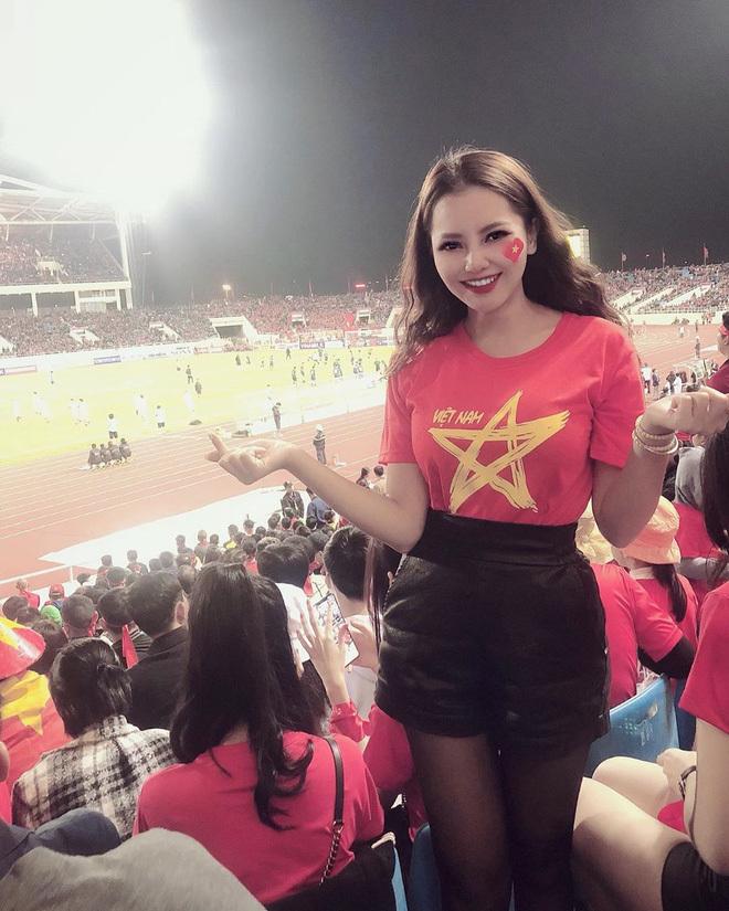 """<p class=""""Normal"""">Nữ chính được nhắc tên làTô Khánh Huyền -chủ một cửa hàng nội thất tại Hà Nội.Cô thường xuyên có mặt trên khán đài để cổ vũ tiền vệ người Hải Dươngthi đấu.</p>"""