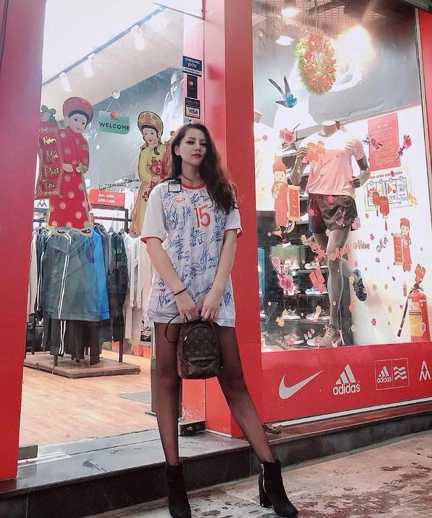 <p>Đức Huy cũng lãng mạn không kém khi tặng bạn gái chiếc áo thi đấucóđầy đủ chữ ký của các cầu thủtuyển Việt Nam.</p>