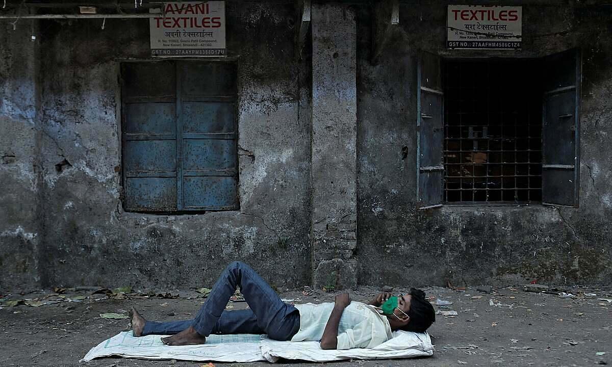 Một công nhân dệt may ở ngoại ô Mumbai sau khi nhà máy bị đóng cửa vì lệnh phong tỏa. Ảnh: Reuters.