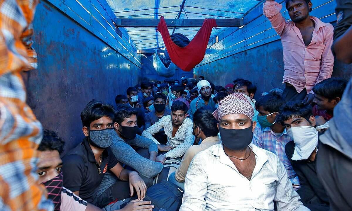 Công nhân ở Ahmedabad trên xe tải về quê. Ảnh: Reuters.