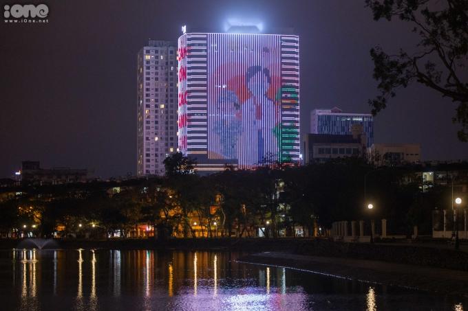"""<p class=""""Normal""""><span>Tòa nhà này còn chiếu hình ảnh bác sĩ, chiến sĩ cùng dòng chữ """"Cảm ơn các anh chị"""" nhằm cổ vũ tinh thầnnhững người hàng ngày vẫn đang làm việc, phục vụ, chăm sóc người dân Việt Nam.</span></p>"""