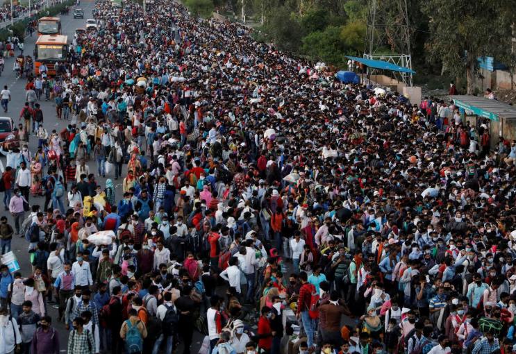Hình ảnh cách ly xã hội của người Ấn Độ sau khi có lệnh phong tỏa. Họ chen chúc ở bến xe buýt để trở về quê. Ảnh: Reuters.