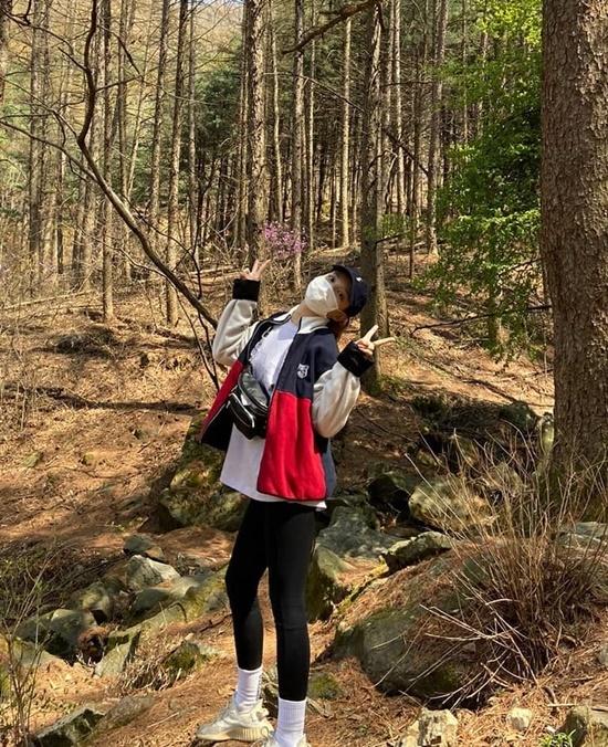 Na Yeon tranh thủ thời gian rảnh đi leo núi.