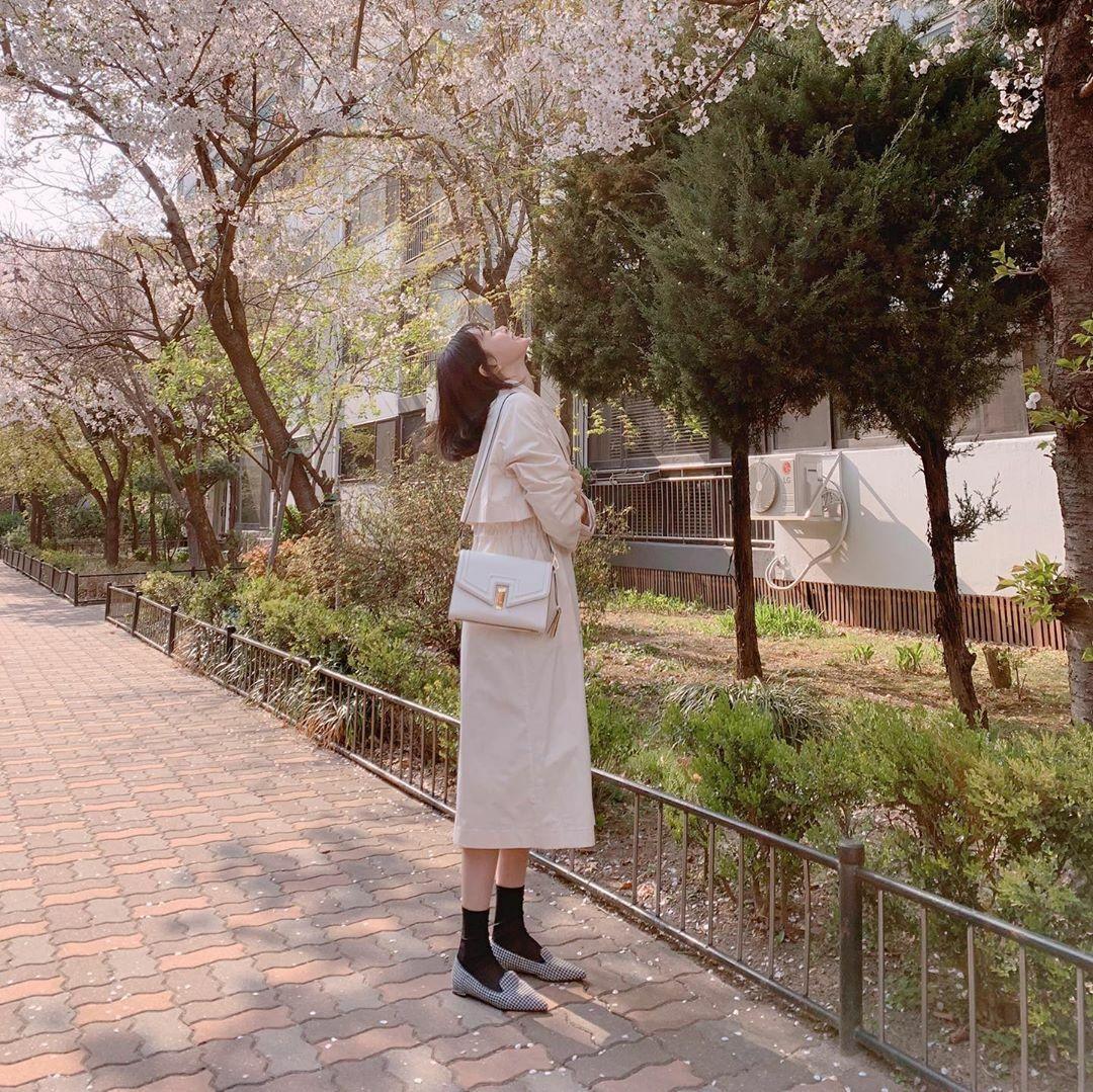 Kwon Nara ngắm hoa anh đào lãng mạn như một cảnh phim.