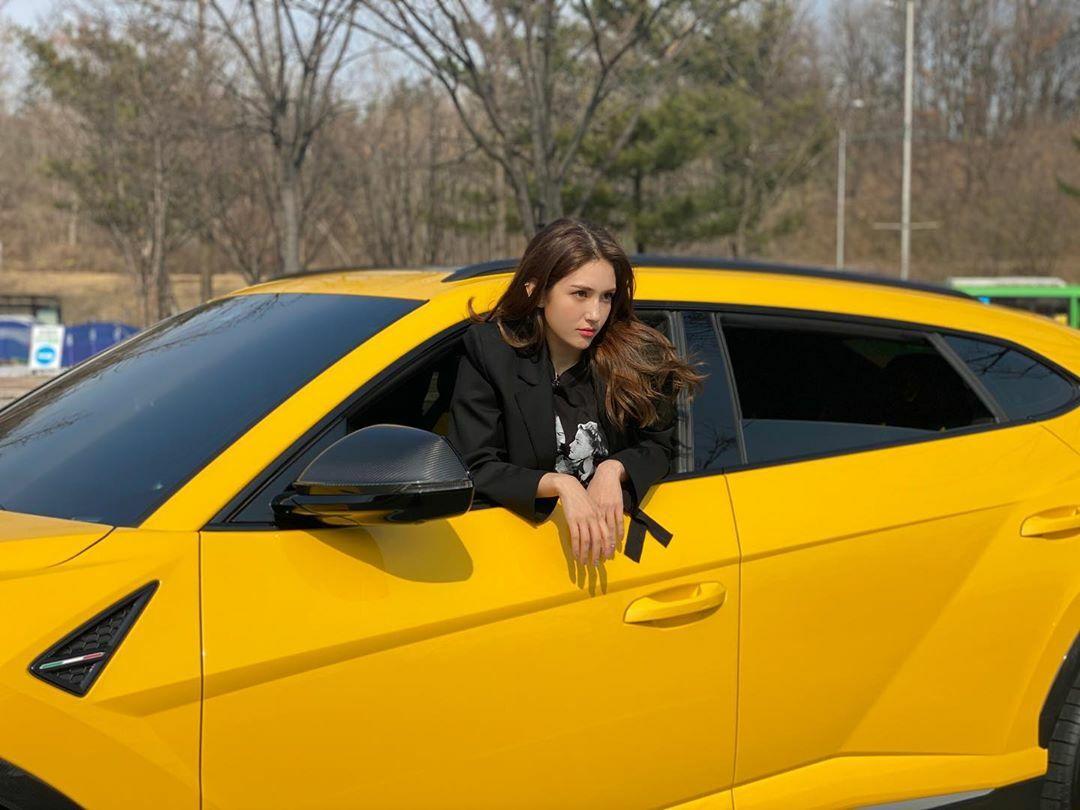 Jeon Somi lái xế hộp Lamborghini vàng rực trong chương trình I am Somi. Đây là chiếc xe được hãng cho mượn chứ không phải thuộc sở hữu của nữ ca sĩ như nhiều người phỏng đoán.