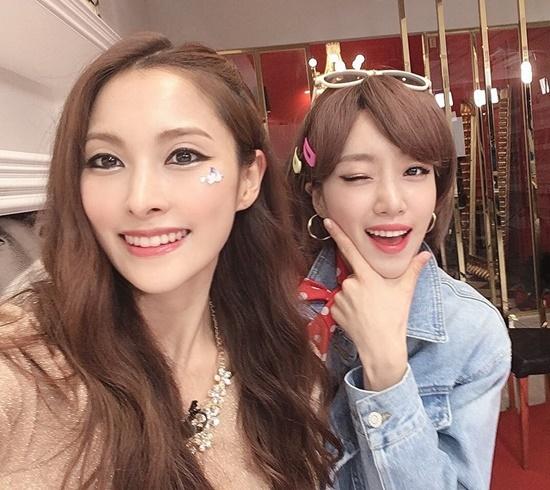 Park Gyu Ri (Kara) và Ham Eun Jung (T-ara) tái hiện kiểu trang điểm hot một thời của 2 bản hit Mister và Roly Poly.