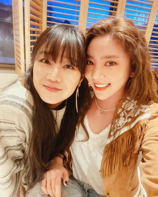 Gong Hyo Jin và Son Dam Bi thể hiện mối quan hệ thân thiết.