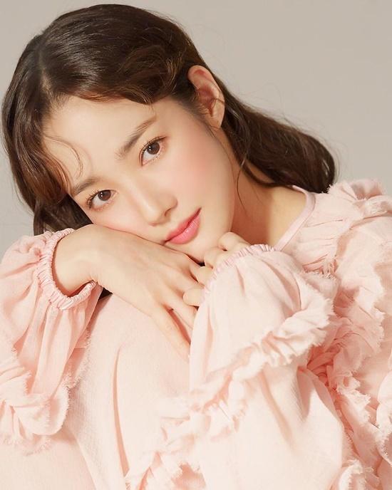Park Min Young đẹp dịu dàng với tông makeup và trang phục đều màu hồng.