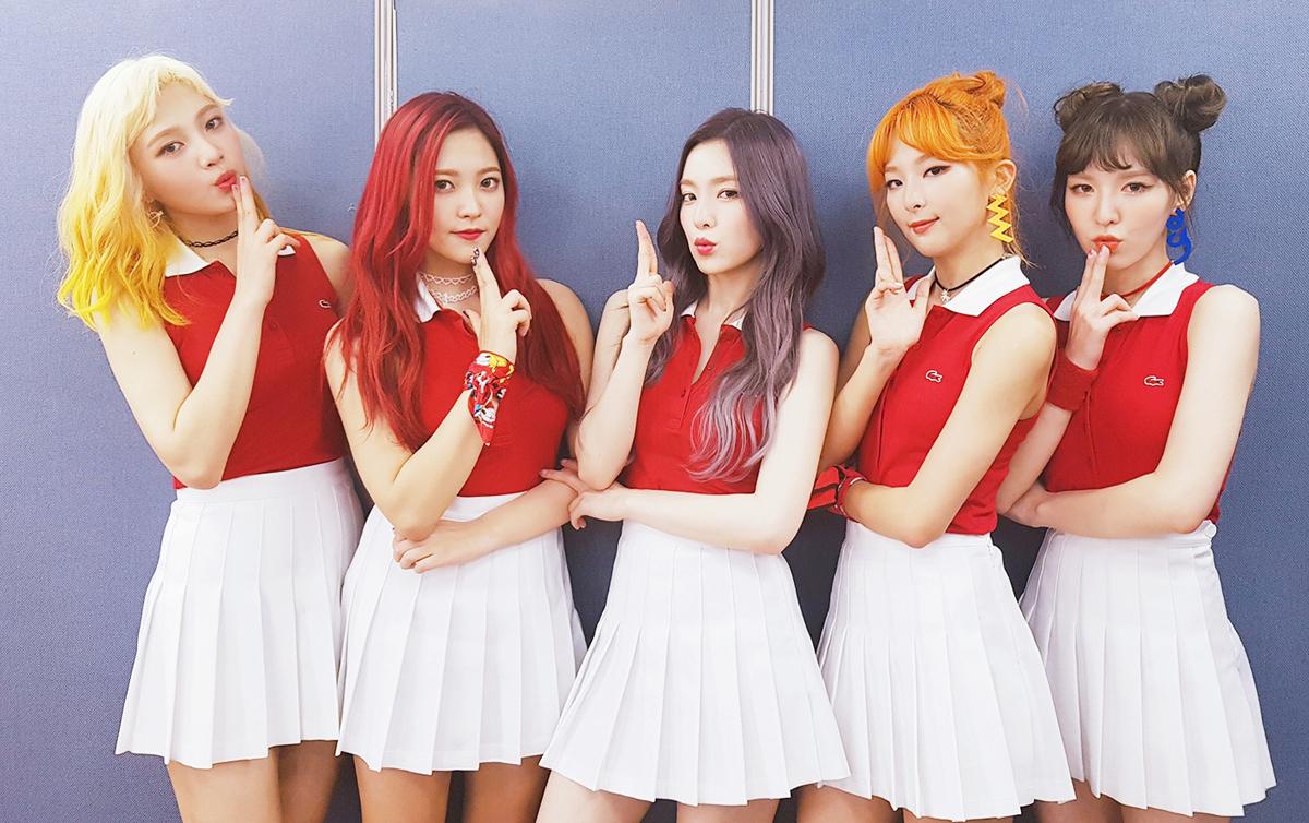 Thời Russian Roulette, Red Velvet diện nhiều kiểu đồng phục đẹp mắt, gây liên tưởng đến các cô nữ sinh trong đội cổ vũ.