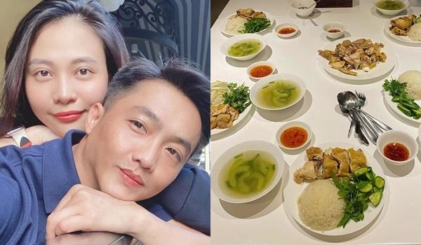 Đàm Thu Trang đãi Cường Đô La món cơm gà ăn kèm nước súp và nước mắm chấm kèm. Thế mạnh của cô là nấu những món ăn chuẩn bị Bắc.