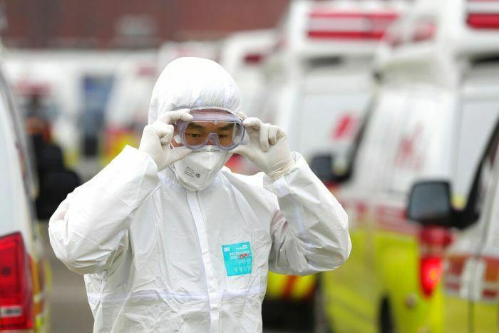 Nhân viên y tế mặc đồ bảo hộ, đeo khẩu trang và kính. Ảnh: AP.