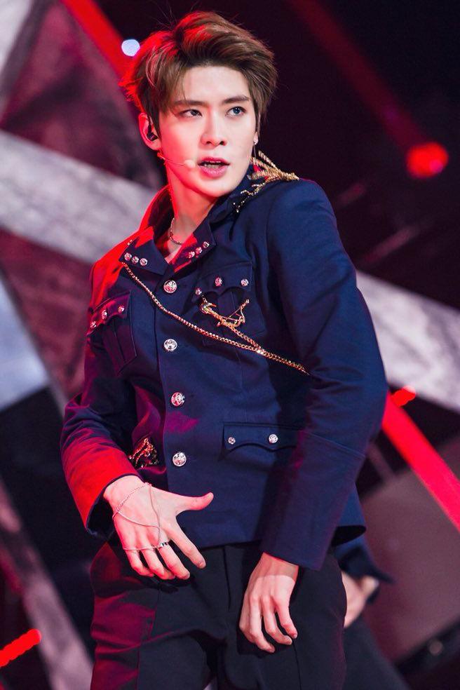 Jae Hyun (NCT) nổi tiếng với ngoại hình hoàng tử, nên bộ trang phục kiểu nghi lễ quân đội có dây đai trên vai, có đính cúc màu vàng càng tăng thêm nét thần uy của hoàng tử Jae Hyun.