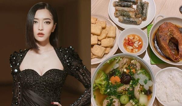 Bích Phương là một trong những sao nữ nổi tiếng nấu ăn ngon của showbiz Việt. Ở nhà, cô nấu cá kho, canh rau củ, đậu rán và nem rán. Bữa ăn đơn giản nhưng đầy đủ dinh dưỡng giúp giọng ca gốc Quảng Ninh tăng cường thể chất trong mùa dịch.
