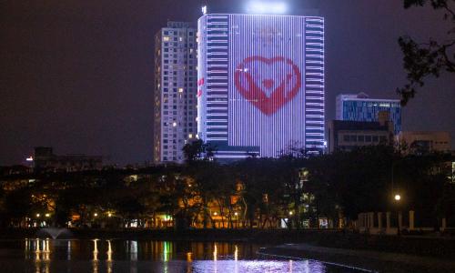 Thông điệp cổ vũ chống Covid-19 từ các tòa nhà ở Hà Nội