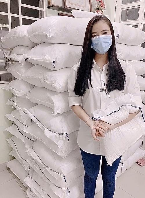 Kim Duyên bên kho đựng số lượng gạo mới mua.