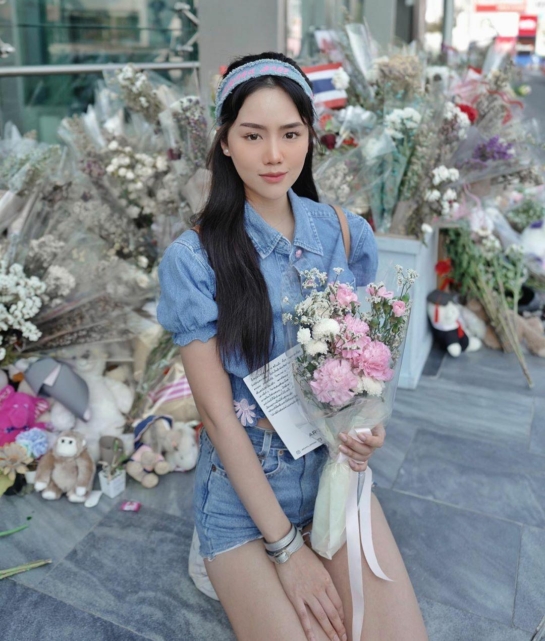 Archita sở hữu đến 1,2 triệu người theo dõi trên Instagram, là một trong những cái tên nổi bật nhất hội beauty blogger Thái. Trên Youtube, số người theo dõi của cô cũng khủng không kém với 1,3 triệu người theo dõi. Cô nàng có vẻ đẹp nhẹ nhàng, tinh khôi đúng chuẩn tiểu thư nhà giàu.