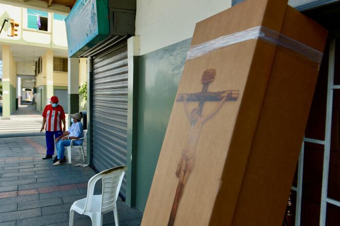 Một chiếc quan tài bằng bìa các-tông dùng để phân phát ở thành phốGuayaquil.
