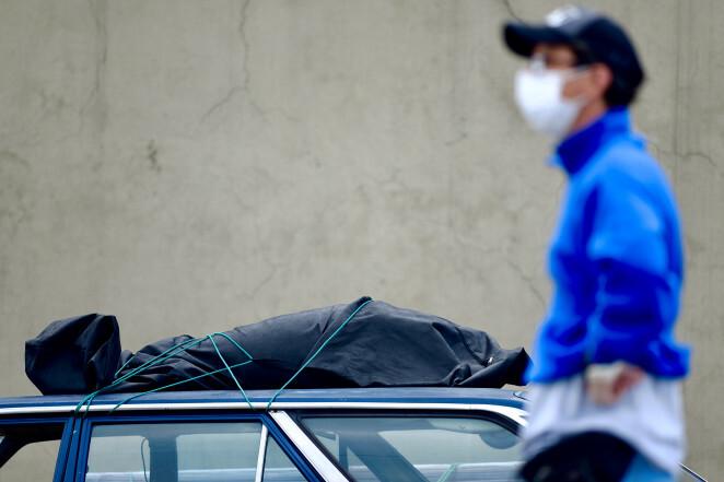 Một thi thể được vận chuyển trên nóc xe ở Ecuador.