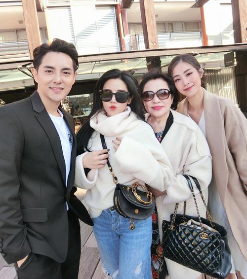 Đông Nhi tụ hội cùng mẹ và em gái Ông Cao Thắng.