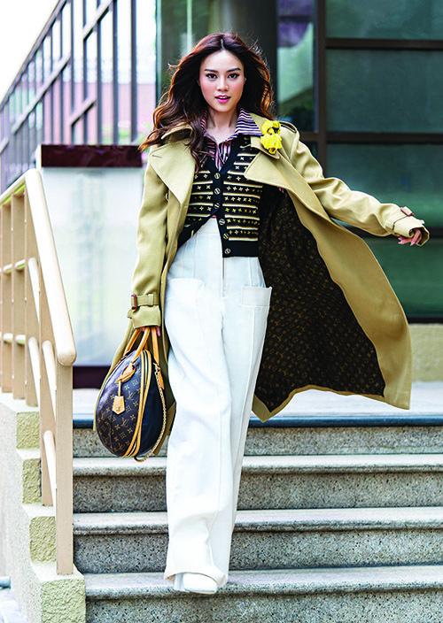 Diện những món đồ đặc trưng phong cách công sở xưa như trench coat, áo gilet, quần ống rộng, Lan Ngọc với cách biểu cảm chưa phù hợp khiến các thiết kế chưa toát lên nét đẳng cấp.