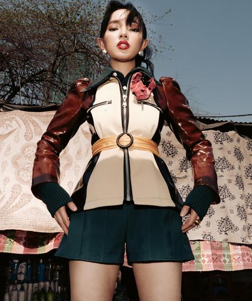 Gương mặt high fashion và những góc hình sáng tạo của Châu Bùi cũng giúp cô nổi bật hơn nữ diễn viên đàn chị với cùng mẫu áo khoác.
