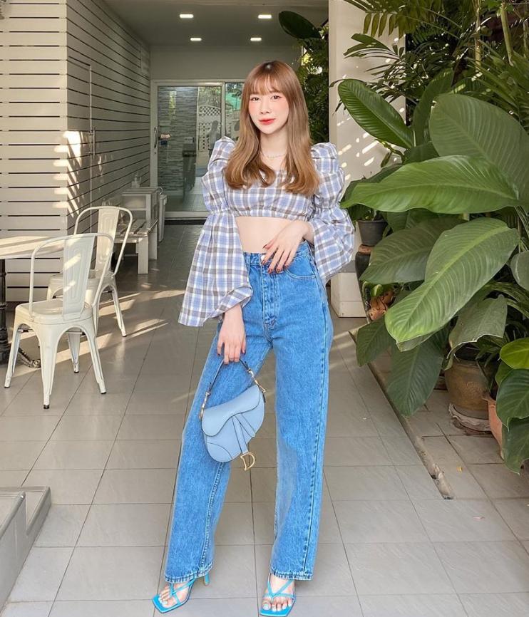 Ngoài công việc beauty blogger, nàng hot girl còn là cô chủ của hai cửa hàng, một chuyên mỹ phẩm, một chuyên thời trang trẻ trung cho các cô gái Thái.