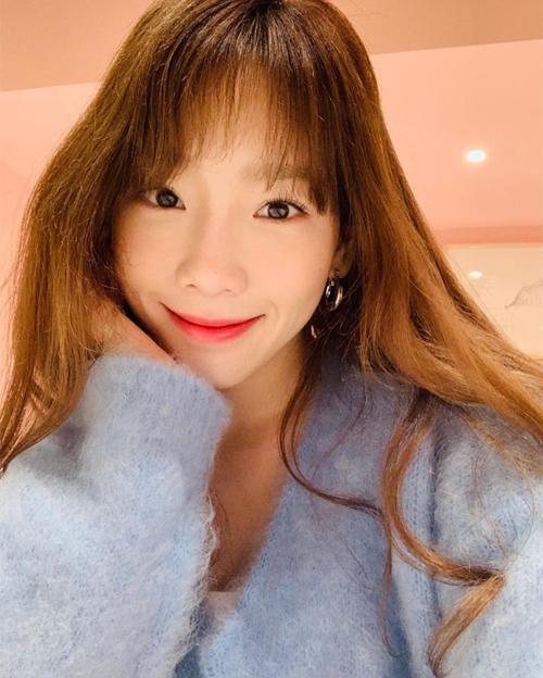 Tae Yeon để tóc mái sợi dài sợi ngắn lởm chởm, tuy nhiên không phải ai cũng để ý đến điều đó vì nhan sắc trẻ trung của cô mới nổi bật hơn cả.