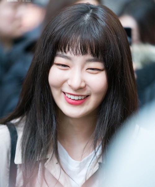 Chỉ những idol có gương mặt cá tính như Seul Gi mới chinh phục được kiểu mái chó gặm này.