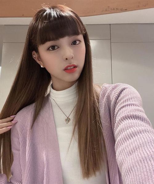 Trong khi đó, Yuna lại gây tranh cãi từ khi cắt tóc mái bằng vì phần mái của cô quá dày. Tóc kiểu Cleopatra vốn đã lỗi mốt từ lâu ở Hàn Quốc, các cô gái ưa chuộng tóc mái thưa để diện mạo thanh thoát hơn. Chỉ có nhan sắc như búp bê của Yuna mới chinh phục được kiểu mái rất kén này.