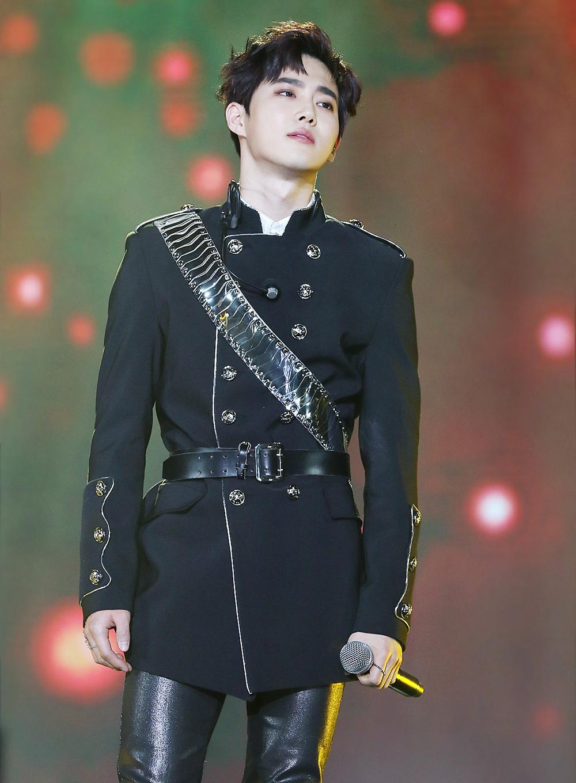 Diện mạo của Suho (EXO) từng được so sánh với hoàng tử thời xa xưa - YiWu. Khi Suho diện quân phục trên sân khấu 31st Golden Disk Awards (2017), nét vương giả của nam idol càng hiện rõ.