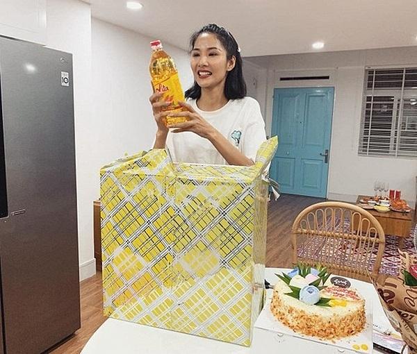 Hoàng Thùy được tặng bánh kem và nhiều món quà độc trong ngày chào đón tuổi 28. Bên trong thùng quà to, Á hậu Hoàn vũ Việt Nam được bạn bè gửi nhiều thực phẩm như dầu ăn, nước tương, rau củ. Cô đùa vui rằng những món quà này phù hợp, thiết thực trong thời gian cách ly toàn xã hội. Đây là kỷ niệm đáng nhớ trong cuộc đời của cô.