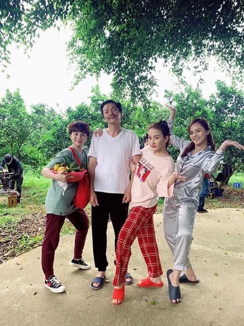 Các diễn viên Bảo Hân, NSND Trung Anh, Bảo Thanh, Thu Quỳnh thân thiết trong hậu trường. Thu Quỳnh tiết lộ đây là bộ phim đông diễn viên, nhiều đạo diễn, lắm quay phim và thành phần đoàn nhất mà cô từng tham gia.