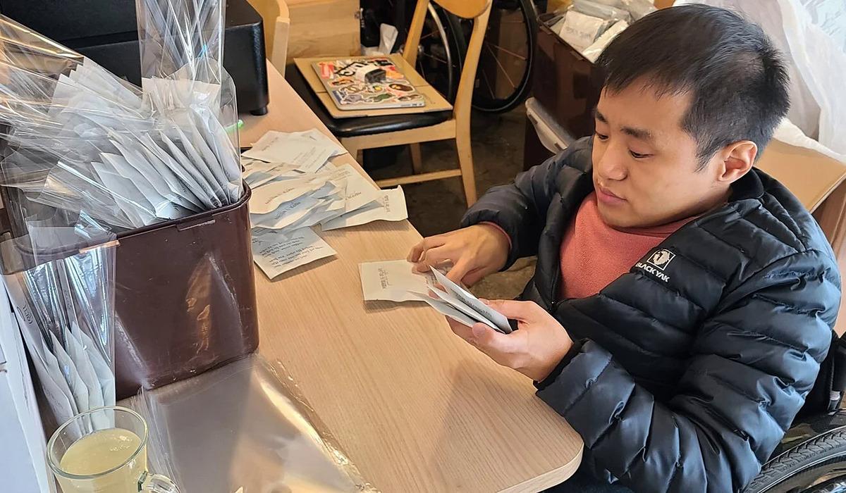 Kim Hyun-Joon, chủ một quán cà phê ở Daegu. Ảnh: SCMP.