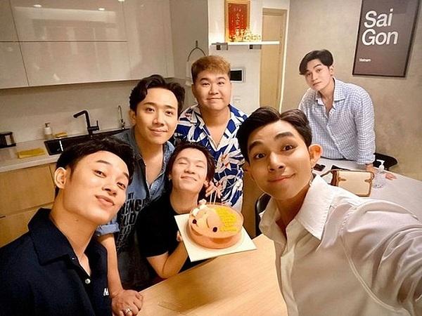 Quang Tung được nhóm bạn thân gồm Trấn Thành, Trúc Nhân, Jun Phạm và Ali Hoàng Dương qua tận nhà riêng, tổ chức tiệc sinh nhật ấm cúng giữa Covid-19.