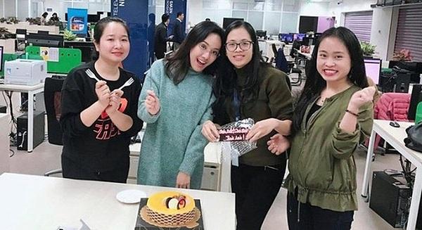 Hoài Anh không tổ chức sinh nhật. Cô chia sẻ lại tấm hình đón tuổi mới vào năm ngoái cùng đồng nghiệp.