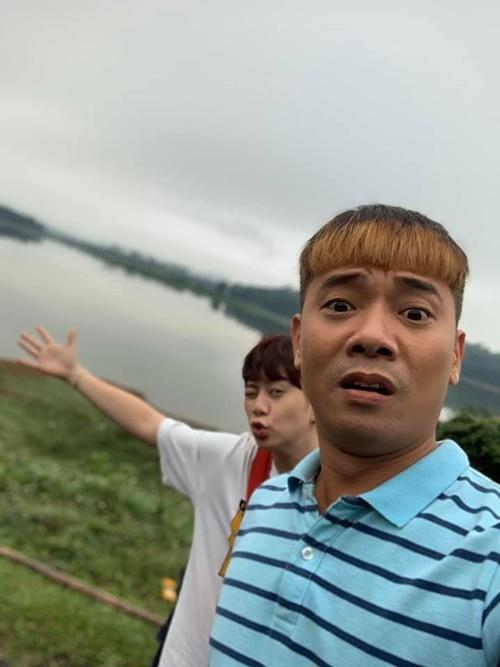 Bảo Hân tạo dáng nhí nhảnh bên Việt Bắc. Cả hai có nhiều màn pha trò trong phim mới.