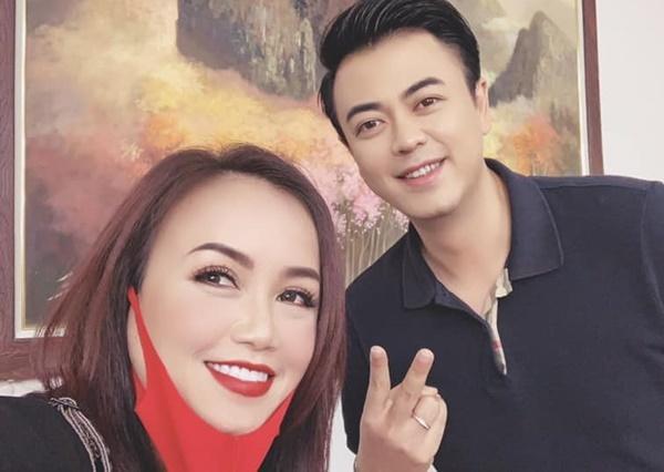 Tuấn Tú chụp hình cùng cô Xuyến Hoàng Yến.