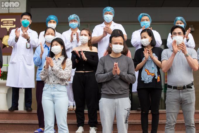 """<p class=""""Normal""""><span>Chiều 7/4, Bệnh viện Bệnh Nhiệt đới Trung ươngcơ sở 2 tổ chức xuất viện cho 11bệnh nhânCovid-19, trong đó có 10 bệnh nhân quốc tịch Việt Nam, 1 bệnh nhân quốc tịch Pháp.Họ đều có kết quả xét nghiệm từ 2 lần âm tính trở lên, đủ điều kiện xuất viện.</span></p>"""