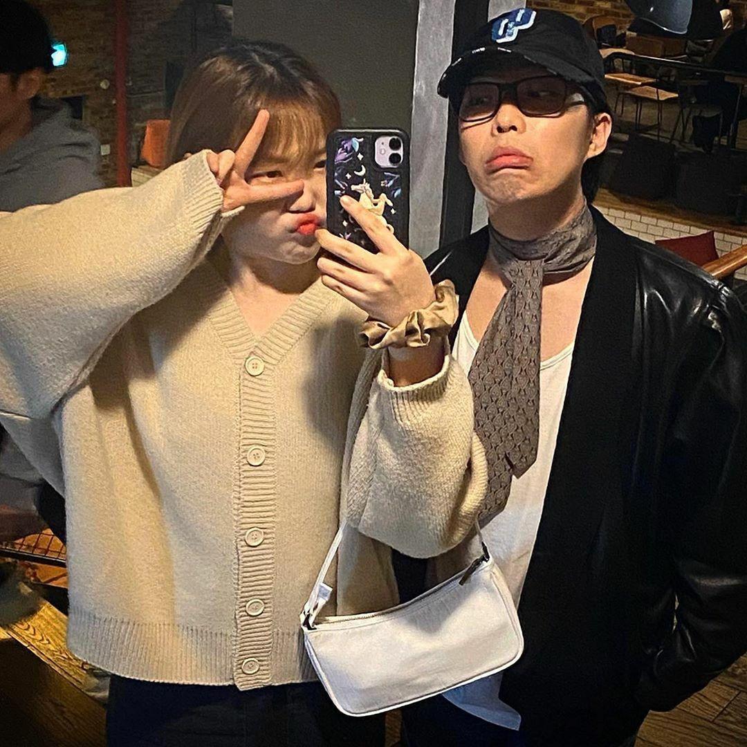 Hai anh em Akdong Musician có phong cách chụp ảnh chung hài hước. Nhóm kỷ niệm 6 năm debut vào 7/4.