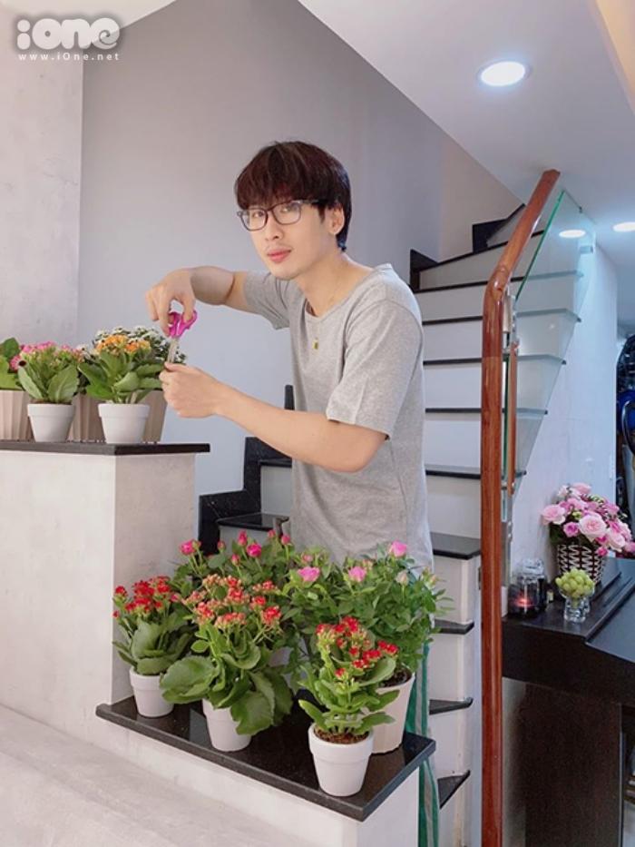 Thời gian rảnh rỗi nữa, Tuấn Trần chăm sóc một số cây xanh trang trí trong nhà.