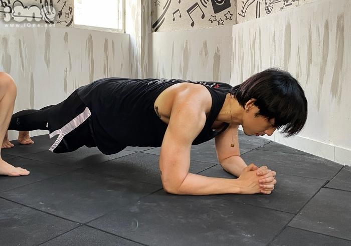 Tuấn Trần rèn luyện cơ bắp. Mỗi ngày, anh đều đặt mục tiêu hít đất 30 cái. Một số người khi thấy nam diễn viên có phòng tập này đã đặt ra thử thách, tăng bài tập nặng hơn.