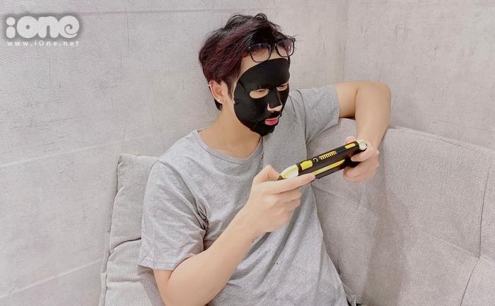 Thời gian rảnh còn lại, Tuấn Trần chọn thư giãn bằng cách chơi game và chăm sóc da mặt.