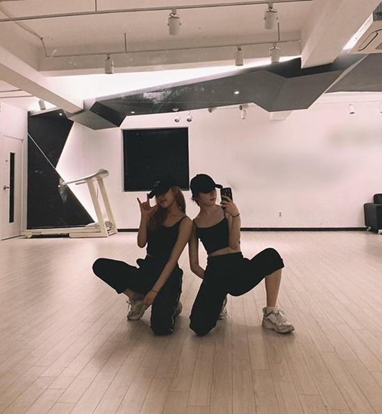 Chae Yeon và Yena (IZONE) khoe vóc dáng thon thả trong phòng tập vũ đạo.