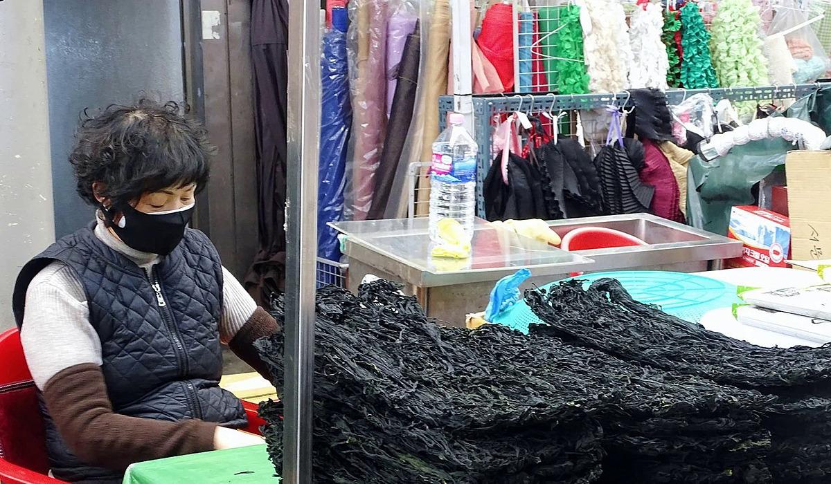 Bà Park Myung-ja ngồi đợi khách mua hàng tại quầy ở Daegu.