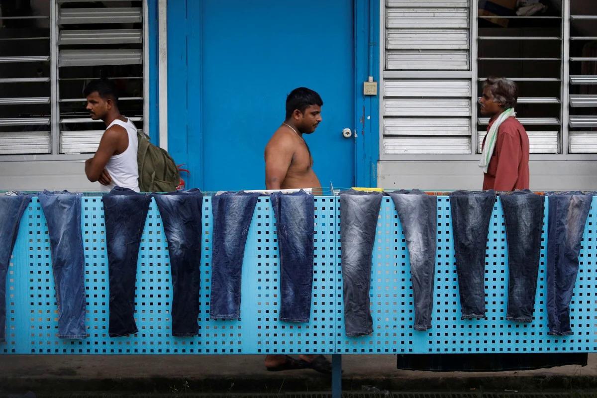 Ký túc xá S11 ở Punggol biến thành cơ sở cách ly sau khi trở thành cụm dịch. Ảnh: Reuters.