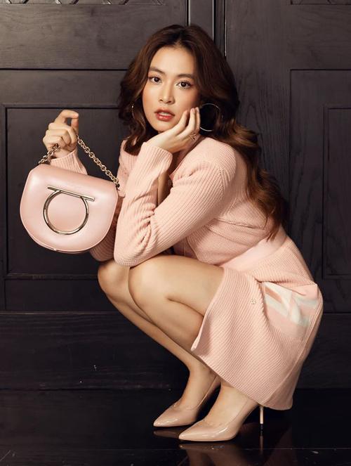 Hoàng Thùy Linh tiết lộ bức ảnh đẹp như tạp chí này được cô chụp ngay tại nhà.