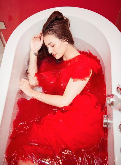 Hồng Quế chụp hình nghệ thuật trong bồn tắm.