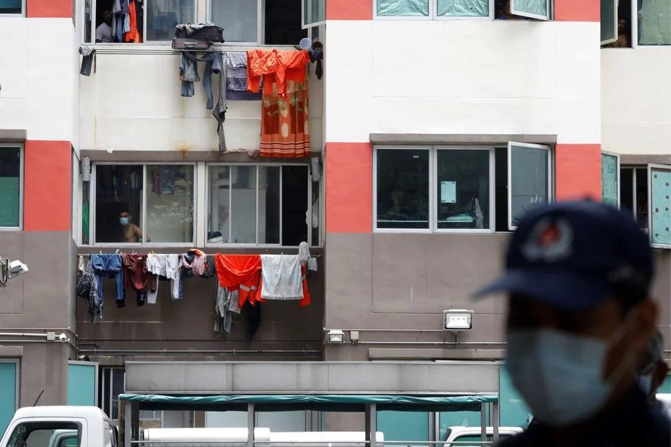Công nhân ở trong kí túc xá tồi tàn. Ảnh: Reuters.