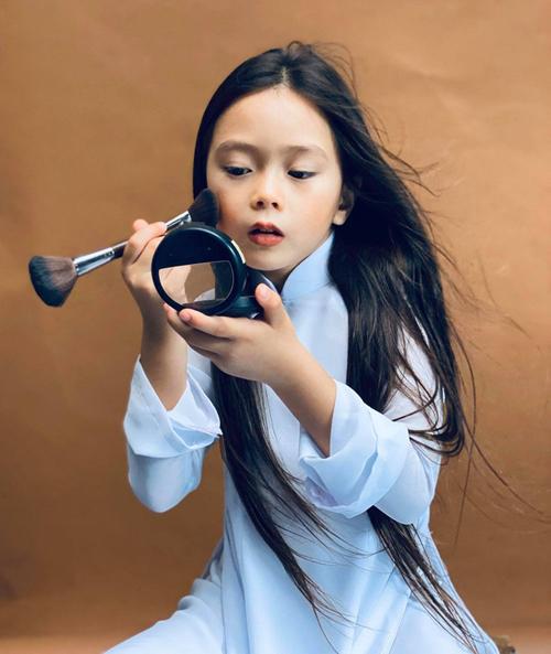 Con gái sao Việt bé tí đã sành sỏi tự trang điểm, làm điệu